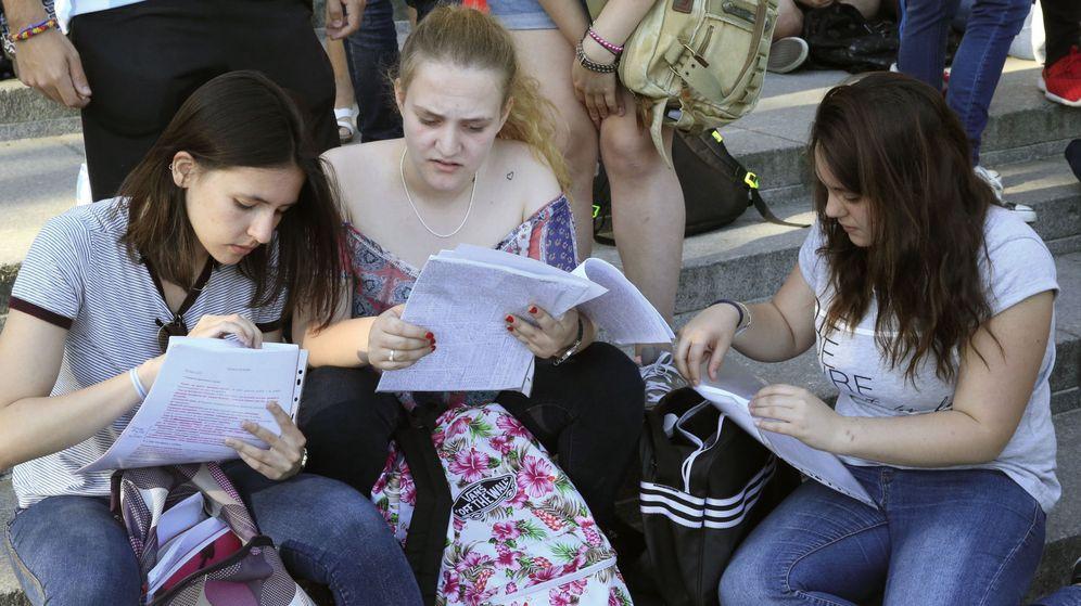 Foto: Varias estudiantes repasan sus apuntes momentos antes del inicio de la última Selectividad. (Efe)