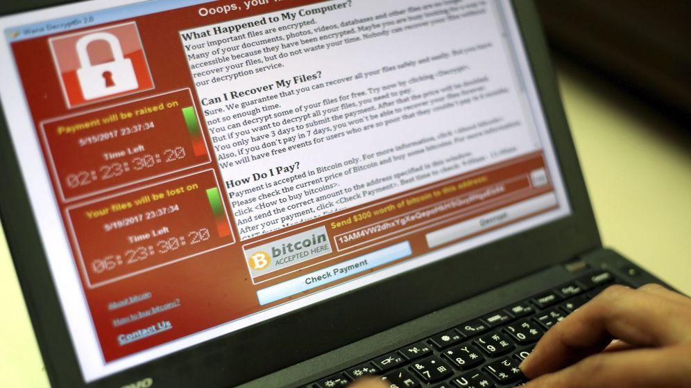 Foto: Un programador muestra la captura de pantalla en la que se pide un rescate en bitcoins. (EFE)