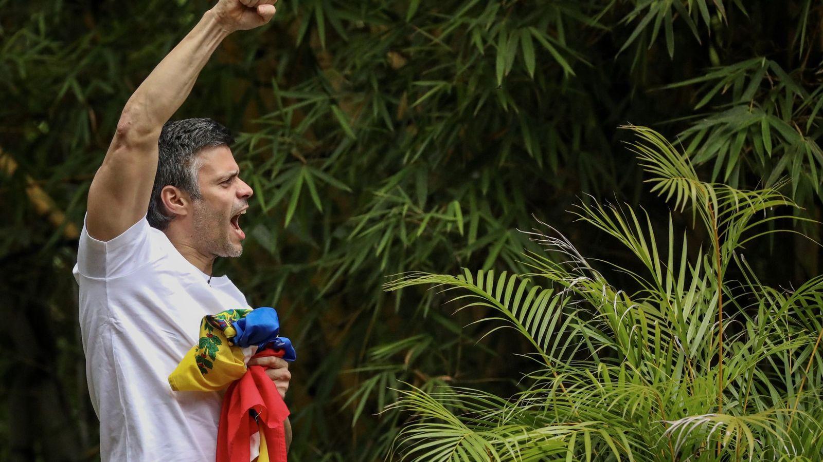 Foto: Leopoldo López saluda a seguidores desde su residencia de Caracas, el pasado mes. (EFE)