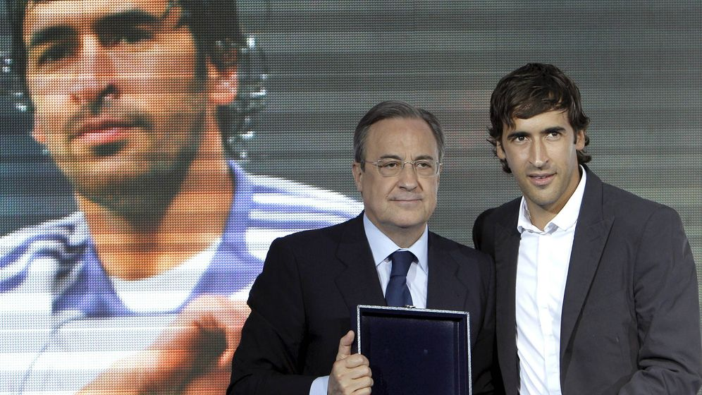 Photo: Raúl, next to Florentino Pérez, the day the footballer said goodbye to Real Madrid and received a replica of the Bernabéu.  (EFE)