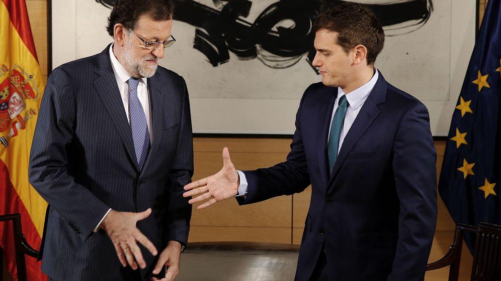 Foto: El presidente del Gobierno en funciones, Mariano Rajoy, y el líder de Ciudadanos, Albert Rivera, en su reunión de este miércoles en el Congreso. (Efe)