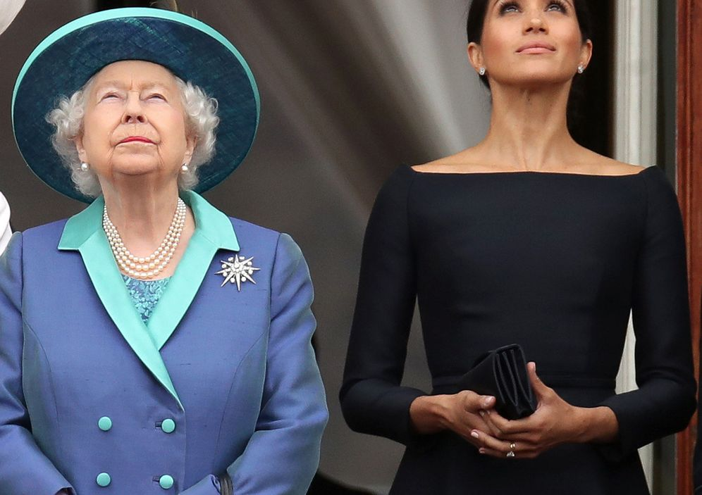 Foto: Britain's queen elizabeth and meghan, duchess of sussex stand on the balcony of buckingham palace as they watch a fly past to mark the centenary of the royal air force in central london
