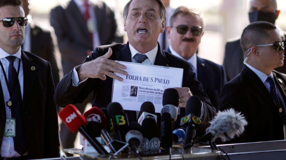 Foto: Bolsonaro con una página del periódico 'Folha de Sao Paulo'. (Reuters)