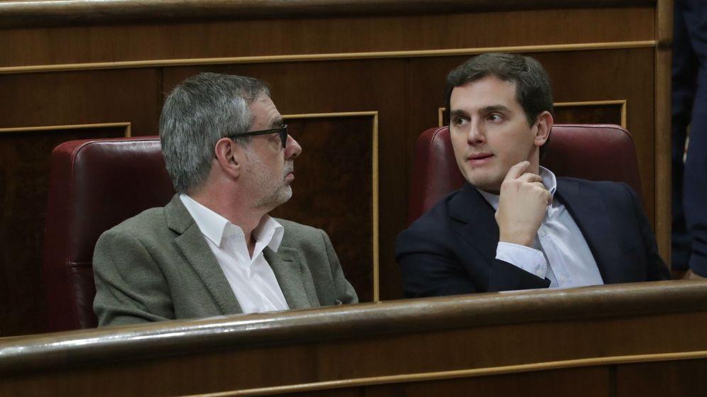 Foto: El líder de Ciudadanos Albert Rivera y el diputado de la misma formación José Manuel Villegas, durante el pleno del Congreso de los Diputados. (EFE)