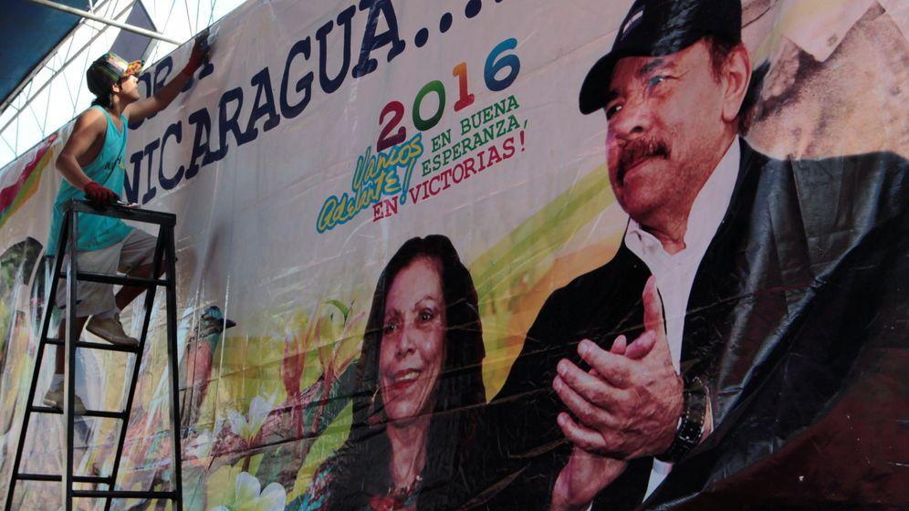 Foto: Un trabajador coloca un cartel electoral en apoyo de Daniel Ortega y su esposa, Rosario Murillo, en octubre de 2016 (Reuters)