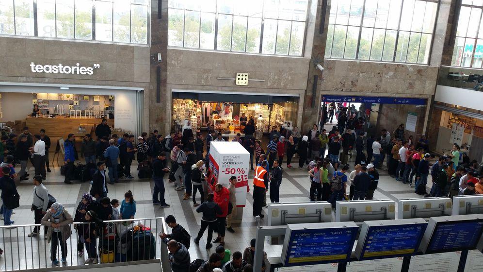 Foto: Varios grupos de refugiados esperan en la estación Westbahnhof de Viena. (P. C.)