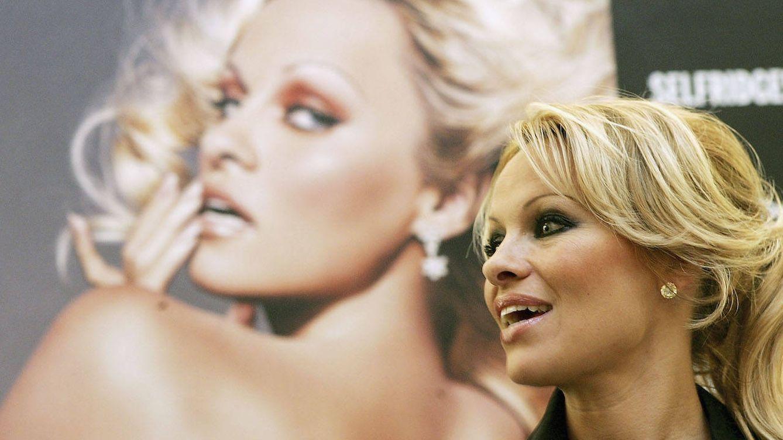 Cómo el modisto de la jet sevillana terminó vistiendo a Pamela Anderson en su palacio