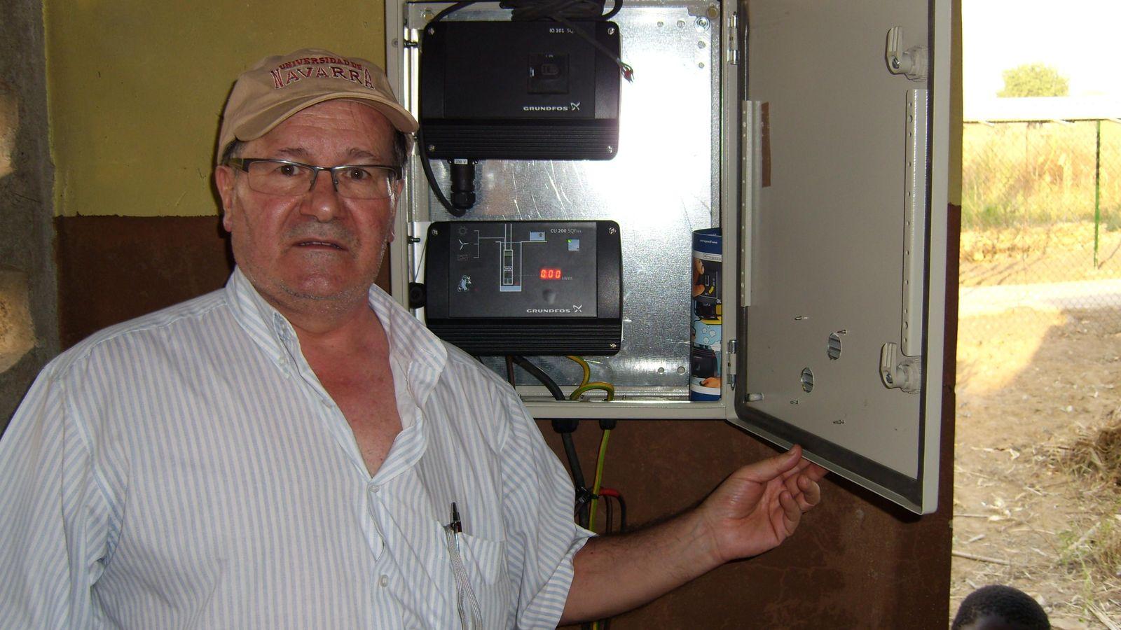 Foto: El jubilado navarro que se fue a Benín para potabilizar el agua con energía solar