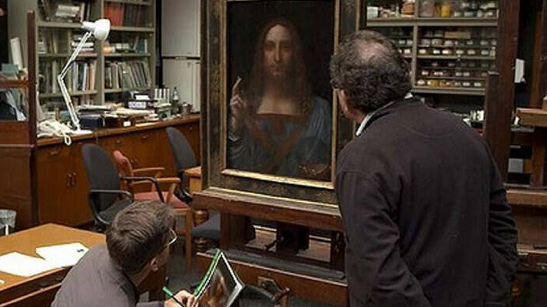 Robert Simon inspecciona el 'Salvator Mundi' en la National Gallery de Londres. (Atlàntida)