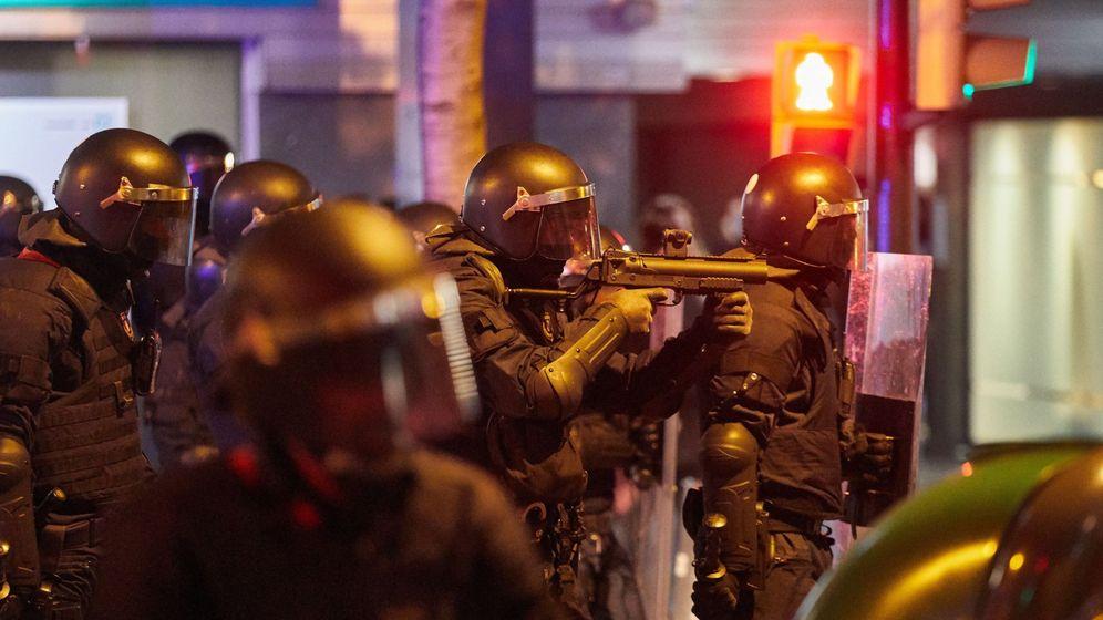 Foto: Los antidisturbios de los Mossos d'Esquadra se enfrentan a los manifestantes durante los altercados por las calles de Girona en la tercera jornada de protestas en Cataluña. (EFE)
