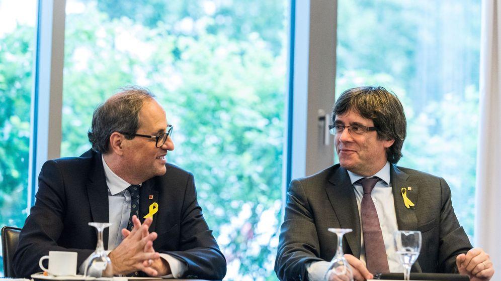 Foto: El presidente de la Generalitat, Quim Torra (izda), se reúne con su antecesor en el cargo, Carles Puigdemont. (EFE)