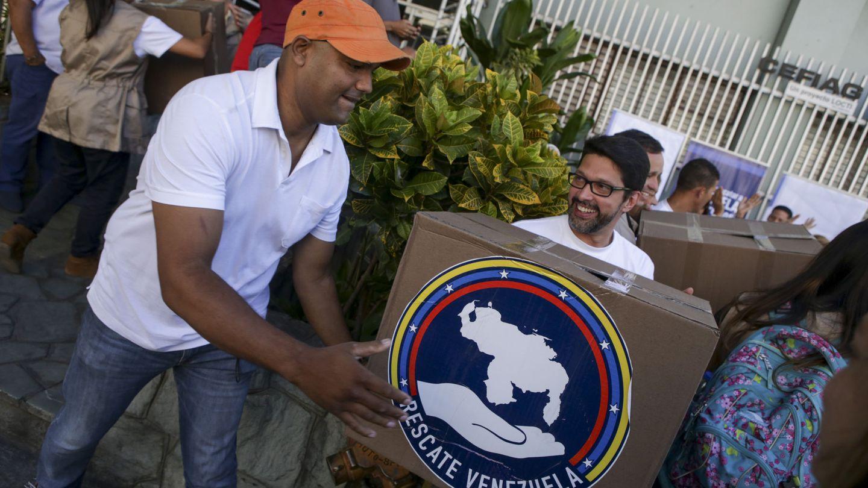 Grupos opositores reparten medicamentos en Caracas, en junio de 2016. (EPA/EFE)