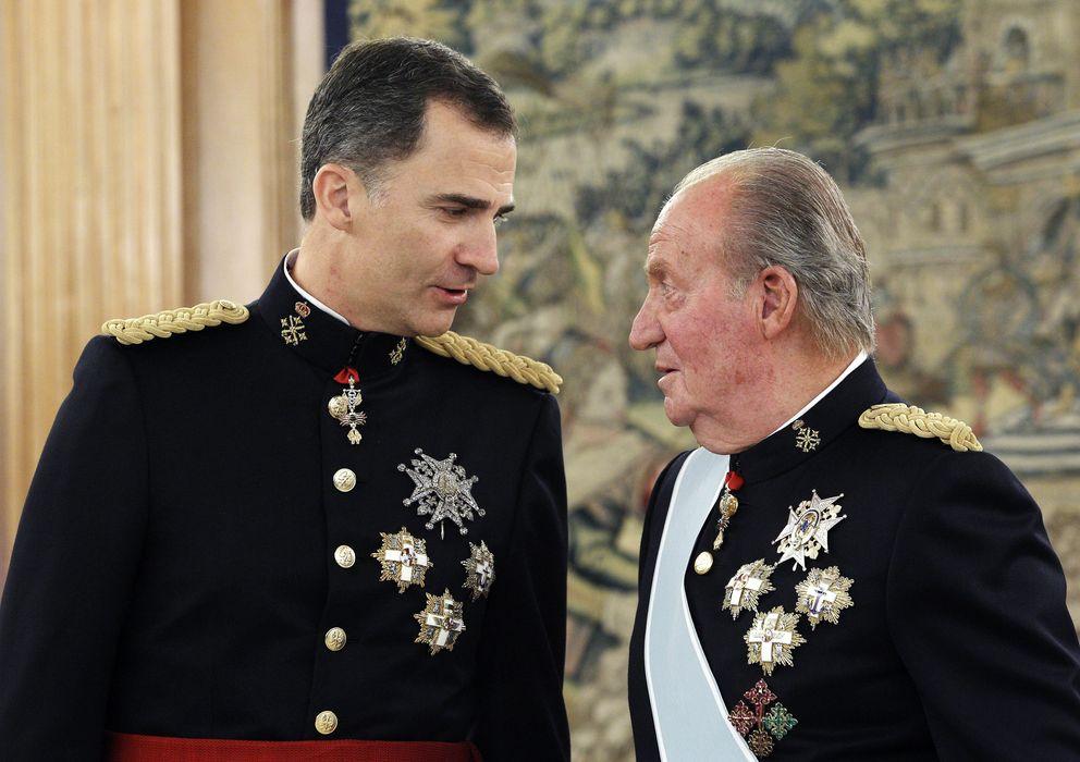 Foto: Don Juan Carlos y su hijo, el Rey Felipe VI, el día de la proclamación (Gtres)