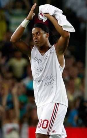 Ronaldinho deja la concentración del Milan y está a un paso de volver a Brasil