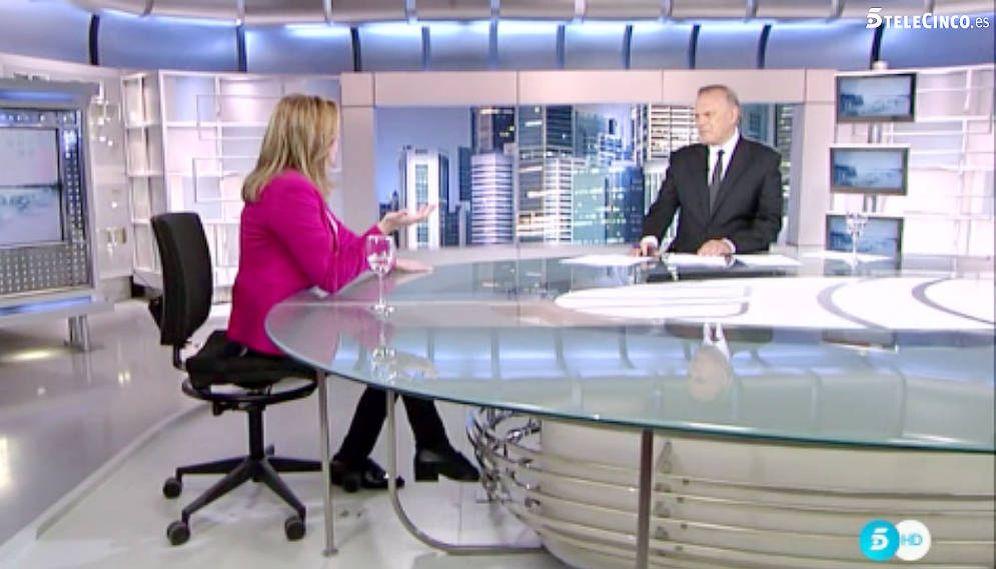 Foto: Susana Díaz visita al plató de Telecinco con Pedro Piqueras. (Telecinco)