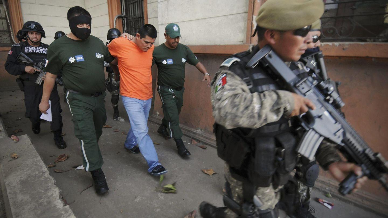 Agentes de Policía escoltan a Clemente Rodríguez a la salida de los juzgados, en Veracruz (Reuters).