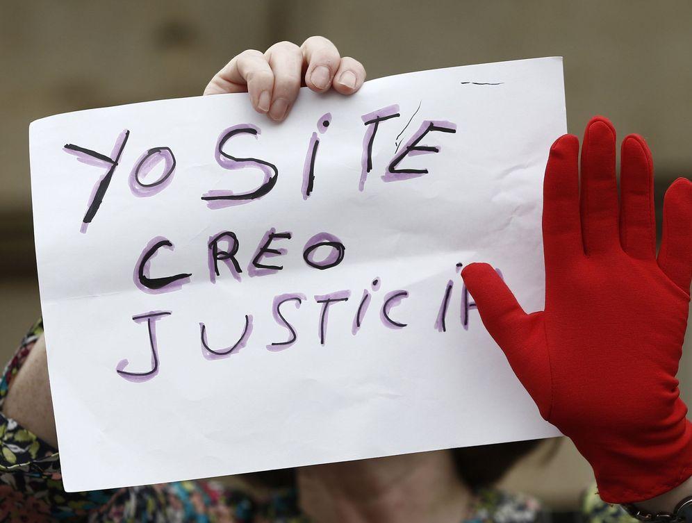 Foto: Una mujer porta un cartel contra la sentencia que condena a La Manada por abuso sexual y no por agresión sexual durante una protesta en Pamplona. (EFE)