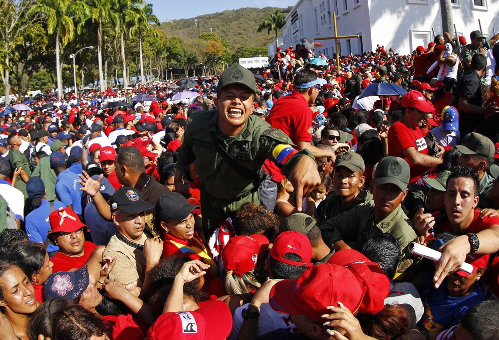 Foto: Soldados intentan mantener el orden entre una multitud que aguarda para ver el cadáver de Hugo Chávez, en Caracas, marzo de 2013 (Reuters).