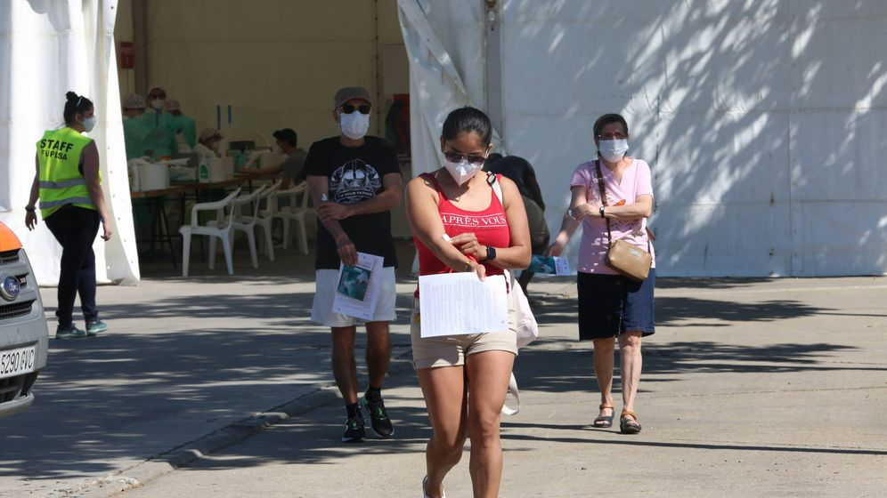 Foto: Varias personas salen de las carpas tras someterse al test rápido de Covid-19 en Torrejón de Ardoz. (David Brunat)