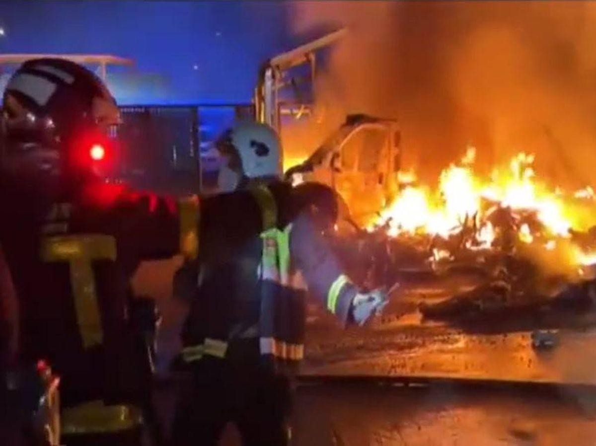 Foto: Dotación de Bomberos tratando de extinguir el incendio. Foto: Atlas
