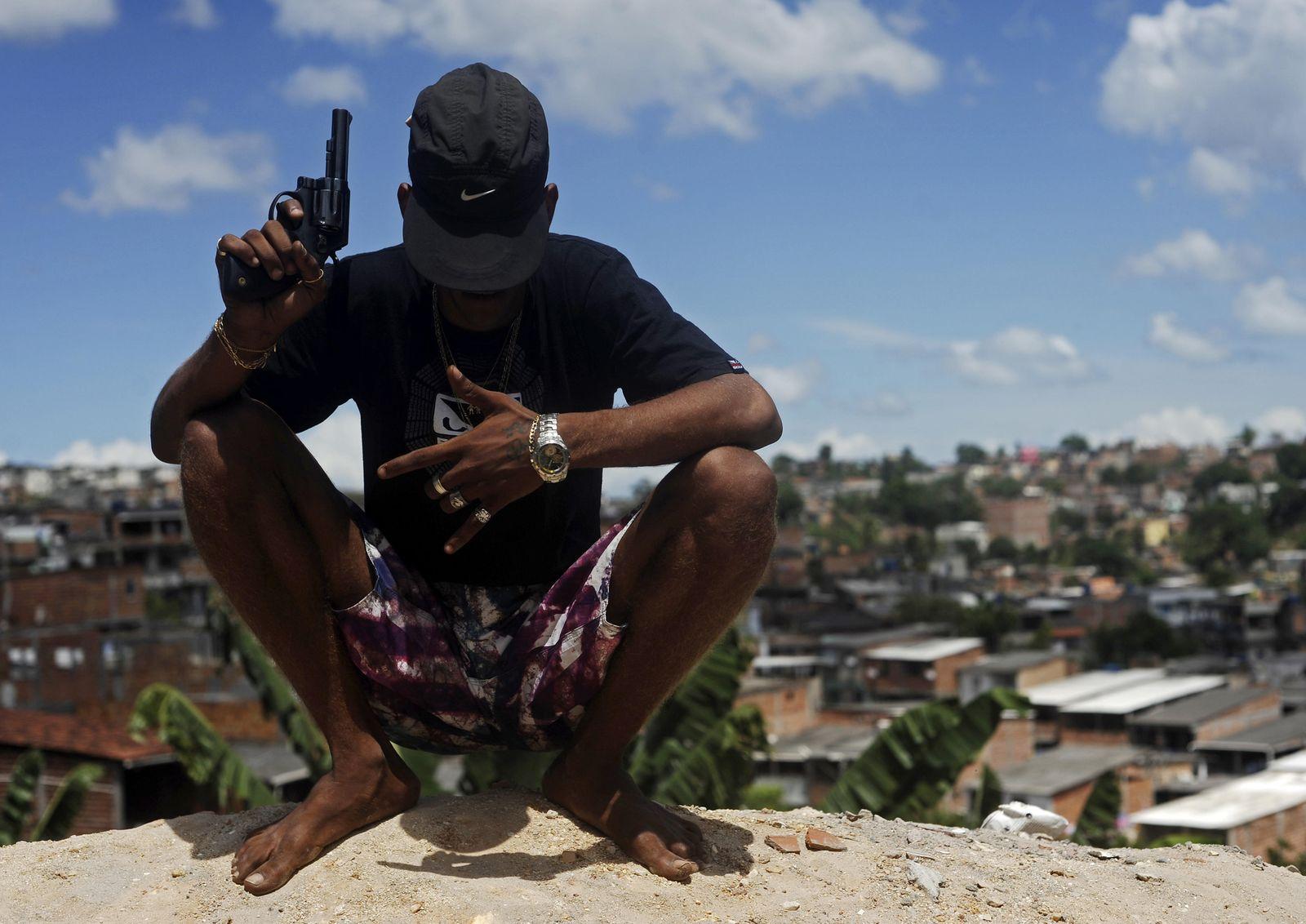 Foto: Un miembro de una banda de narcotraficantes, apodado Petardo, posa para una foto en un colina de una favela de Salvador de Bahía (Reuters).