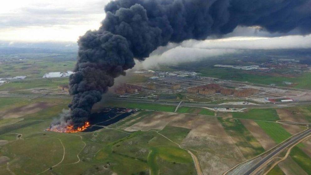 El incendio de neumáticos de Seseña en fotos: se ve desde el norte de Madrid