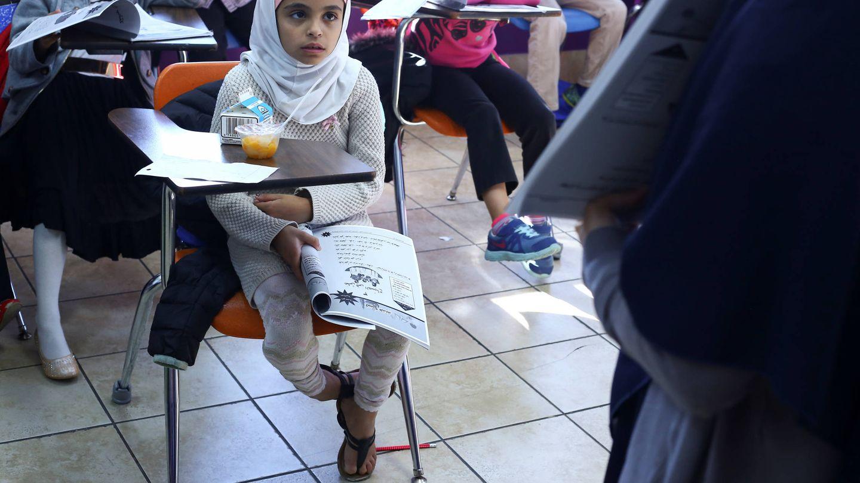 Saja Mashgar, de 8 años, escucha a su profesora durante una clase en Masjid Al-Salaam, una mezquita de Dearborn, Míchigan (Reuters).