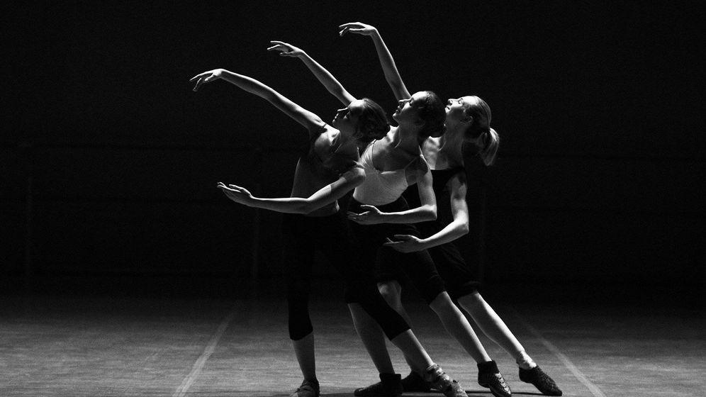 Foto: Imagen de tres bailarines en el escenario. (Pixabay)