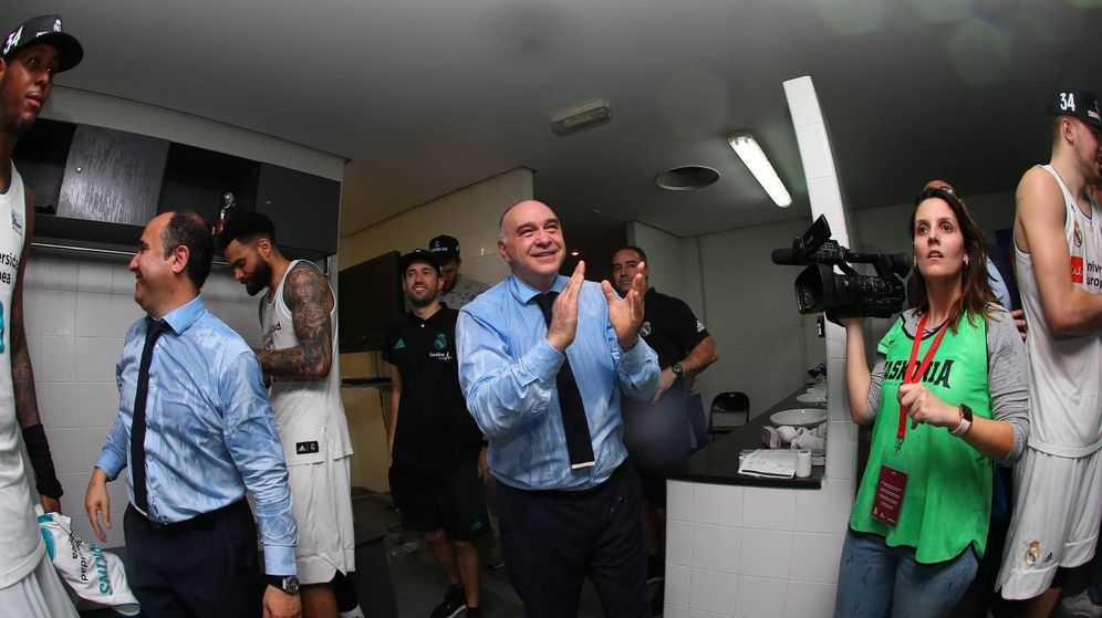 Foto: Pablo Laso, empapado, celebra en el vestuario el título de la ACB logrado por el Real Madrid. (ACB Photo/A. Arrizabalaga)