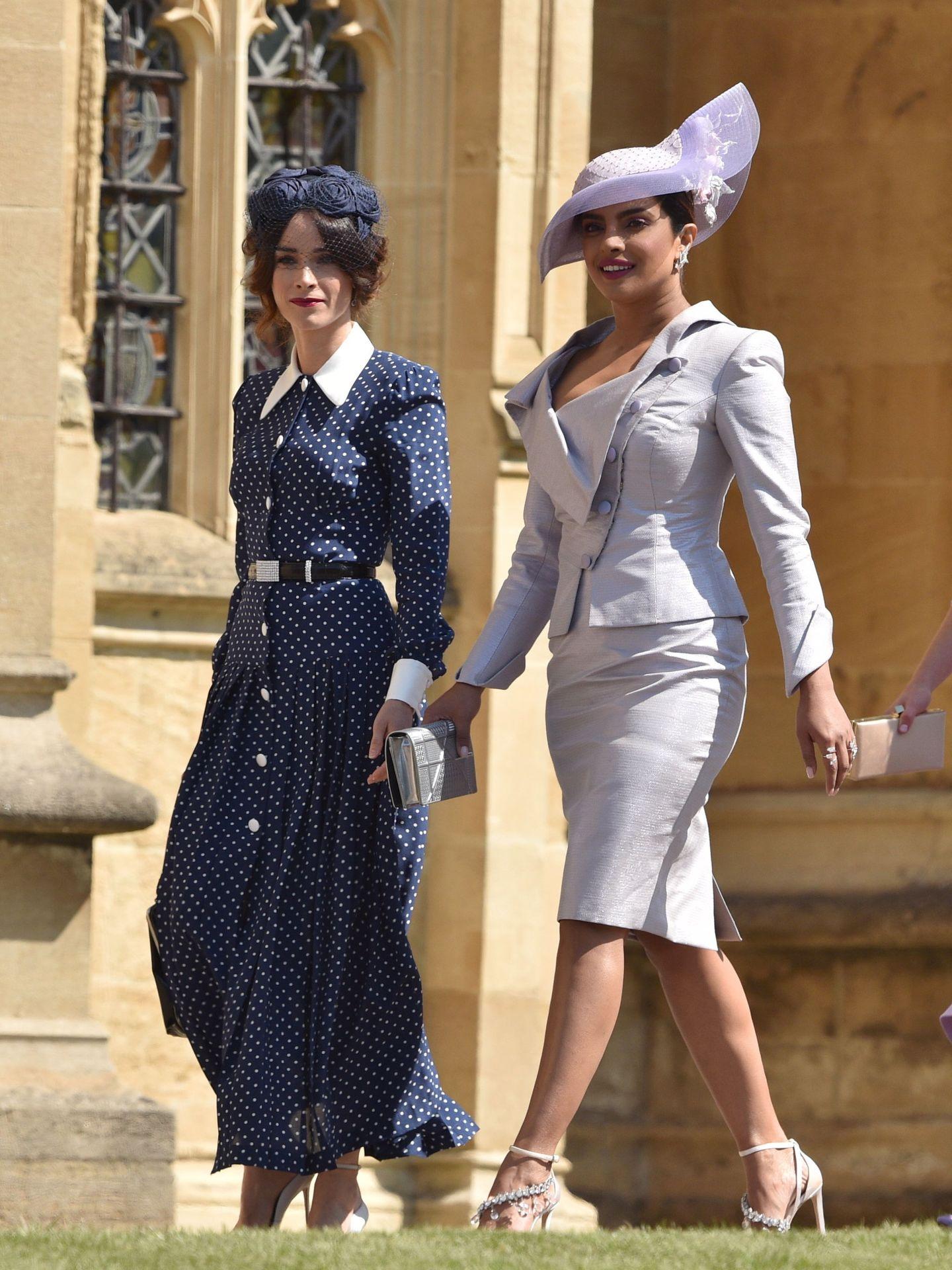 Priyanka Chopra junto a Abigail Spencer, llegando a la boda del príncipe Harry y Meghan Markle. (EFE)