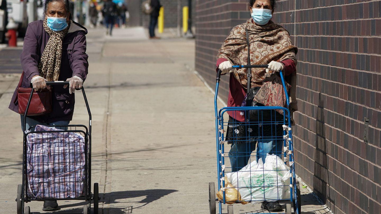 Dos residentes de Queens, junto al Elmhurst Hospital. (EFE)