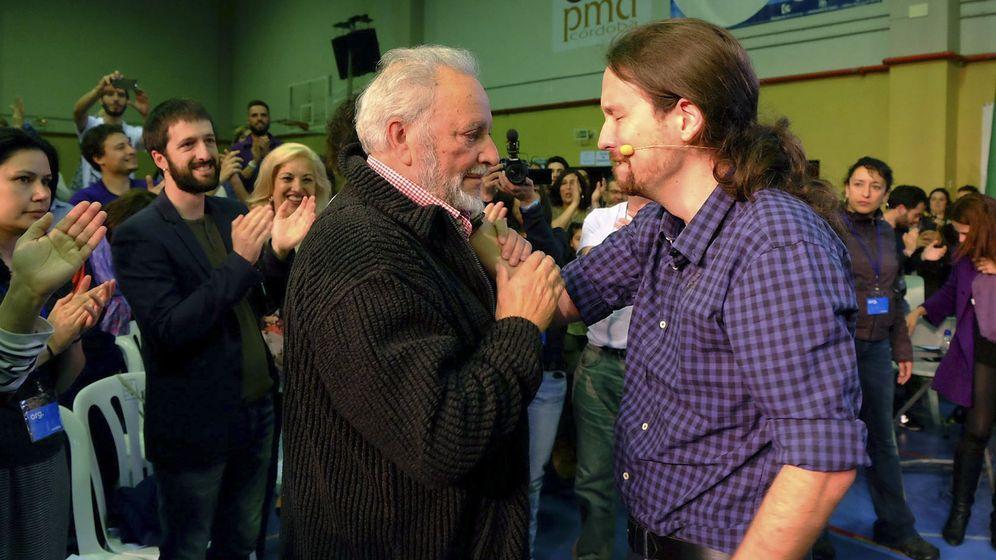 Foto: Pablo Iglesias se emociona al reunirse con Julio Anguita en Córdoba. (EFE)