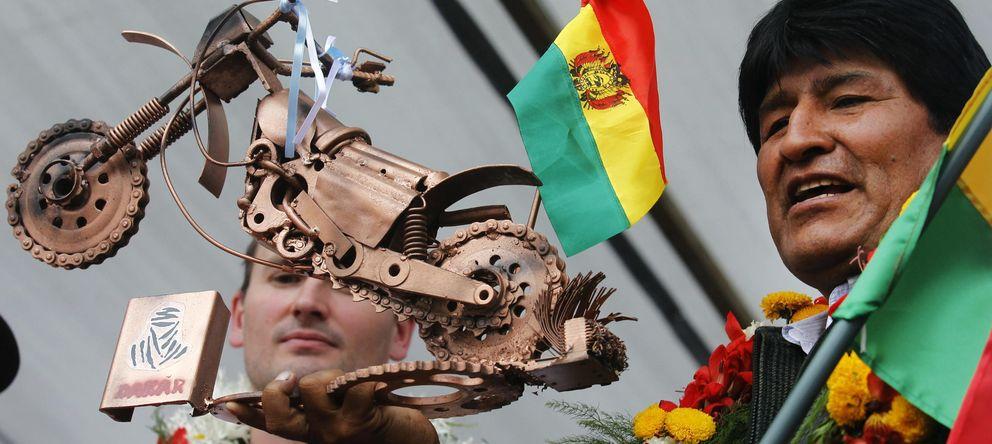 Foto: El presidente de Bolivia, Evo Morales, sostiene un trofeo del Rallly Dakar 2014. (EFE)