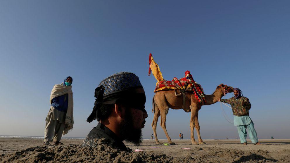 Se entierran en Pakistán durante el eclipse solar para pedir salud