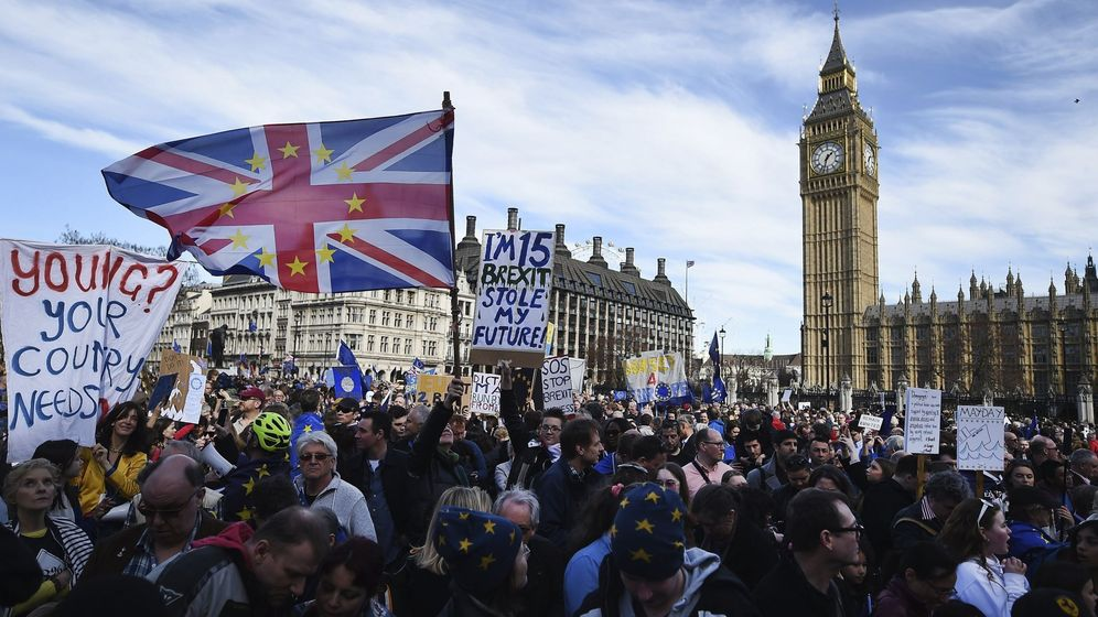 Foto: Miles de personas se movilizan contra el Brexit frente al Parlamento. (EFE)