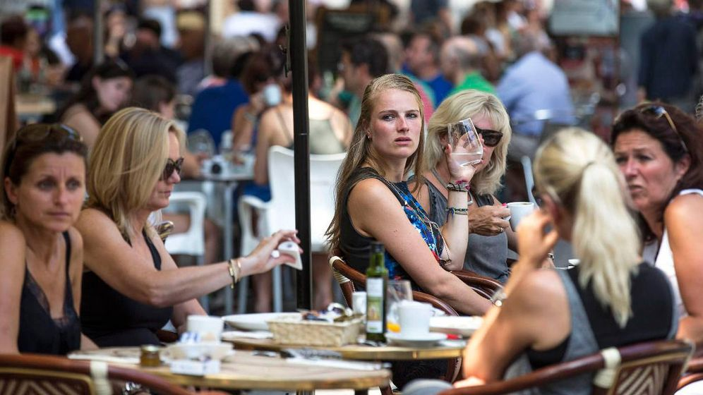 Foto: Una terraza llena de clientes en un bar. (EFE)