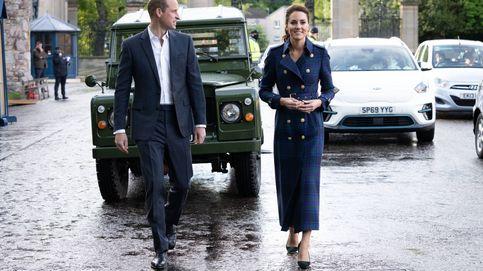 Kate Middleton y su noche de cine: trench de tartán y una joya con gran simbolismo