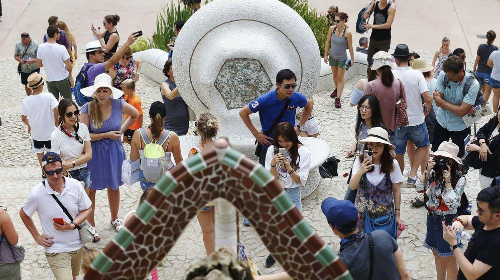Foto: Numerosos turistas pasean por el Park Güell de Barcelona. (EFE)