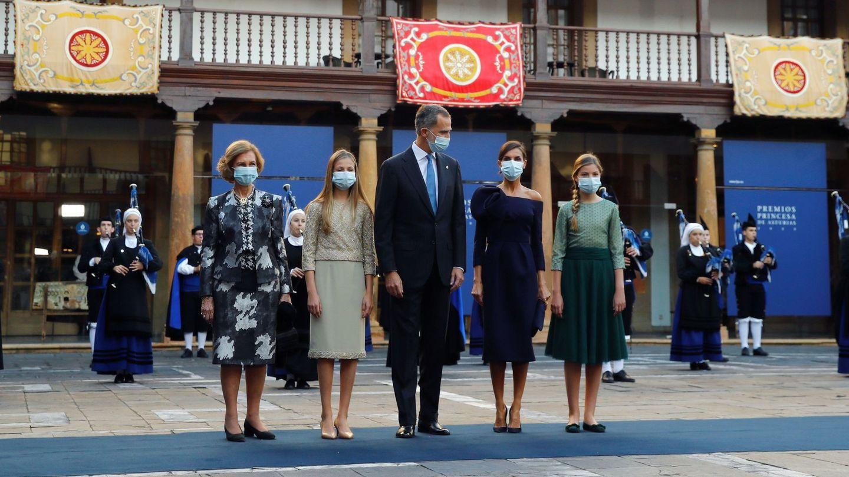 La reina Sofía, junto a los Reyes y sus hijas en los Premios Princesa de Asturias. (EFE)
