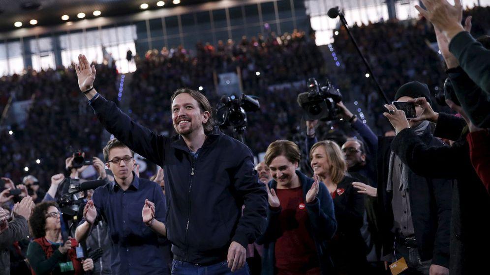 Foto: Pablo Iglesias, flanqueado por Íñigo Errejón y Ada Colau, en el mitin central de campaña. (Reuters)