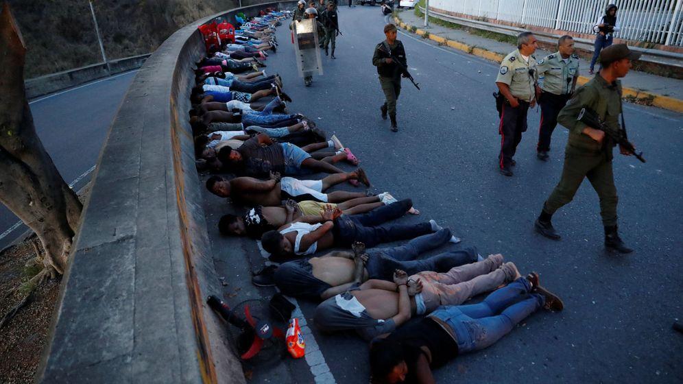 Foto: Presuntos saqueadores, detenidos por las fuerzas de seguridad durante el apagón en Caracas, el 10 de marzo de 2019. (Reuters)