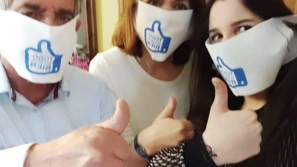 Foto: Imagen de Revilla, junto a su familia, luciendo las mascarillas repartidas por el Gobierno de Cantabria. (Twitter de @RevillaMiguelA)