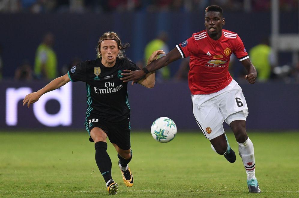 Foto: Paul Pogba (d) del Manchester United disputa el balón con Luka Modric. (Reuters)