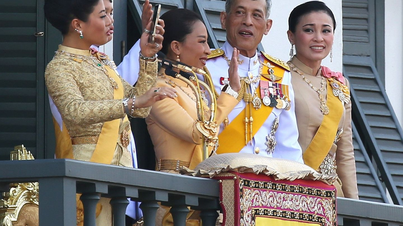 Miembros de la familia real tailandesa junto al rey Rama X. (EFE)