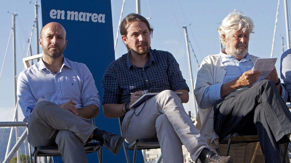 Foto: El secretario general de Podemos, Pablo Iglesias (c), junto al líder de En Marea, Luís Villares (i), y Xosé Manuel Beiras, durante un acto electoral. (EFE)