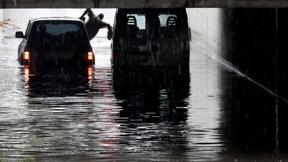 Vías inundadas y conductores atrapados: los efectos de la gota fría que anega la Península