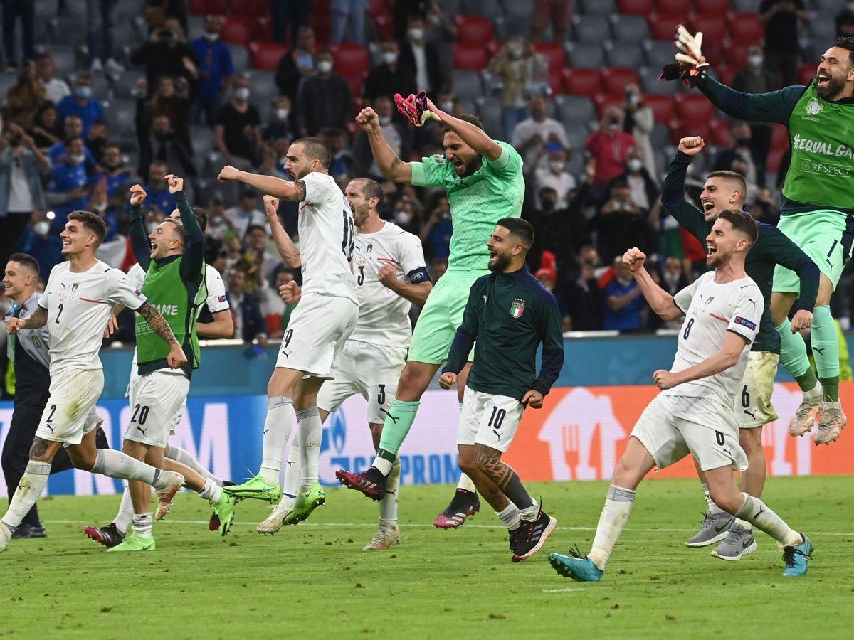 Foto: Los jugadores italianos celebran el pase a las semifinales. (Reuters)