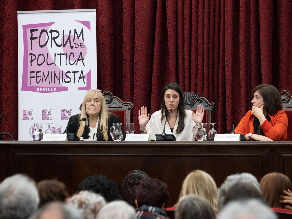 Foto: La ministra de Igualdad, Irene Montero (c), durante su participación hoy el Forum de Política Feminista que ha tenido lugar en el paraninfo de la Universidad de Sevilla. (EFE)
