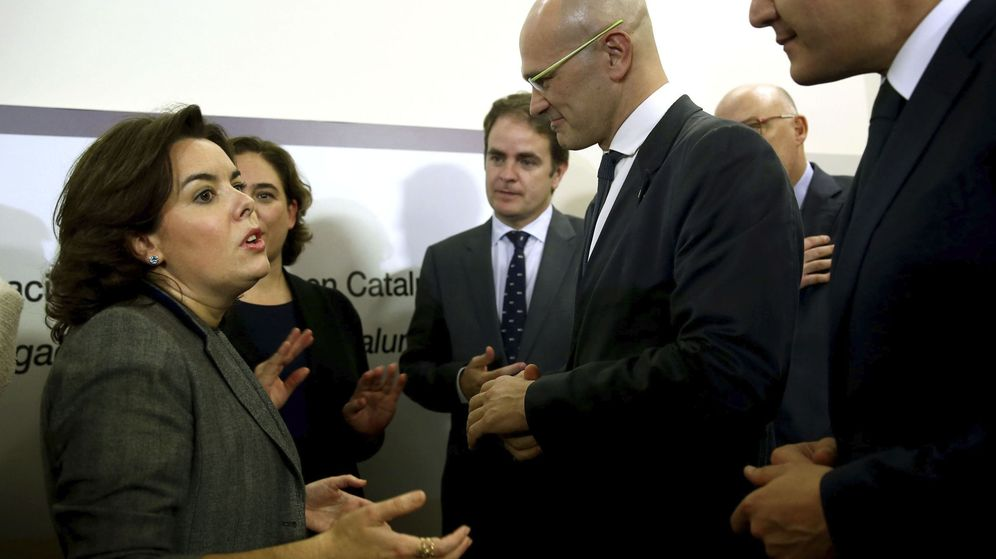 Foto: La vicepresidenta del Gobierno, Soraya Sáenz de Santamaría, conversa con el conseller de Exteriores de la Generalitat, Raül Romeva. (Efe)