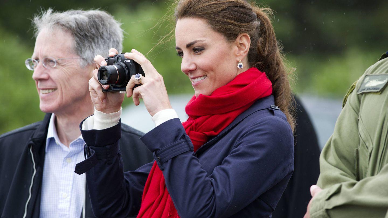 Kate Middleton, con su cámara durante un viaje a Canadá en 2011. (Getty)